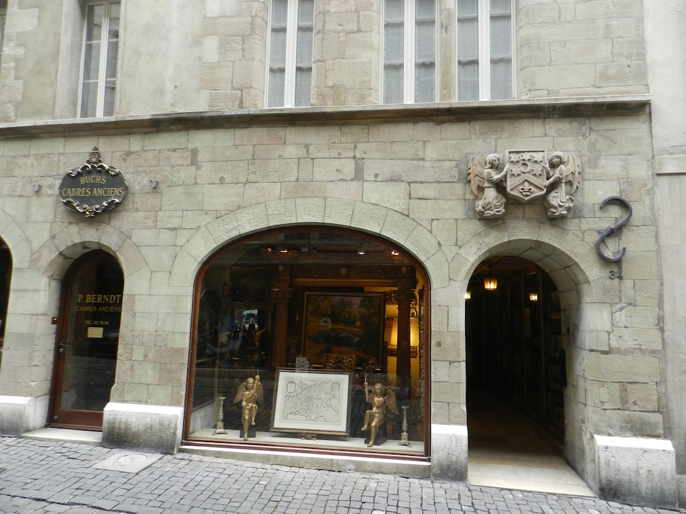 Front of Property, Larem Suites Old Town