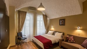高級寢具、房內夾萬、書桌、熨斗/熨衫板
