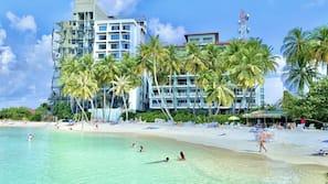 Am Strand, weißer Sandstrand, Strandtücher, Sporttauchen