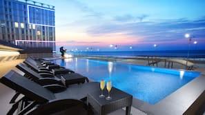 시즌별로 운영되는 야외 수영장, 13:00 ~ 21:00 오픈, 일광욕 의자