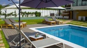 Una piscina al aire libre (de 9:00 a 20:00), tumbonas