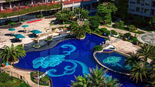 시즌별로 운영되는 야외 수영장, 09:00 ~ 20:00 오픈, 수영장 파라솔