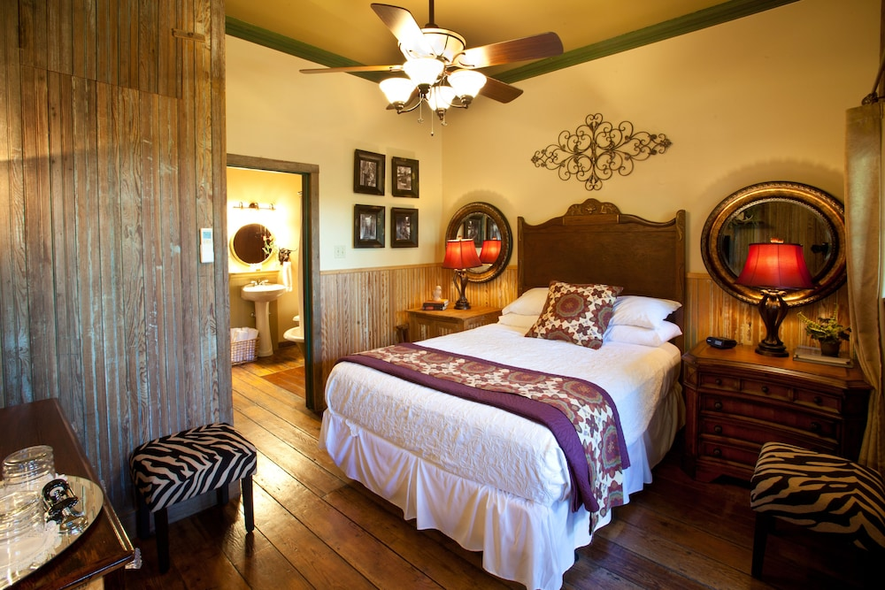 book gruene mansion inn bed and breakfast new braunfels. Black Bedroom Furniture Sets. Home Design Ideas
