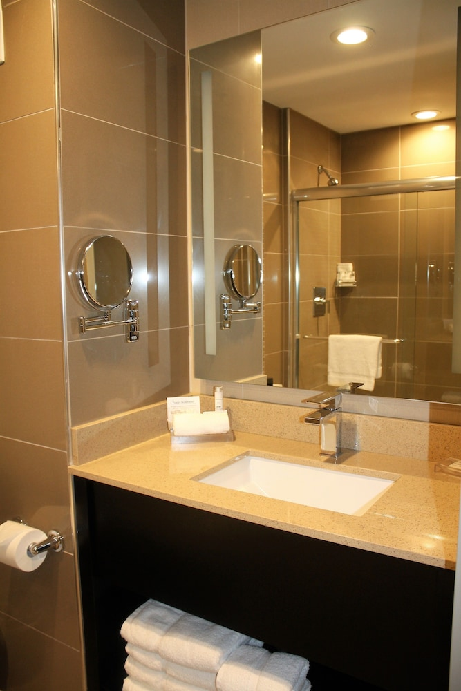 Bathroom, Best Western Premier NYC Gateway Hotel