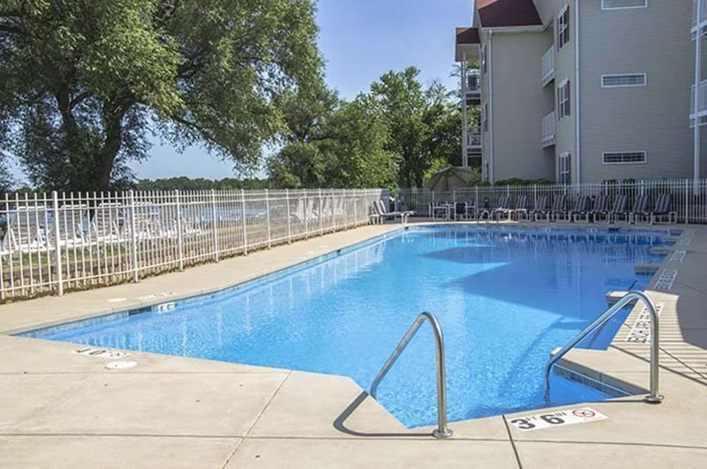 Outdoor Pool, Delavan Lake Resort