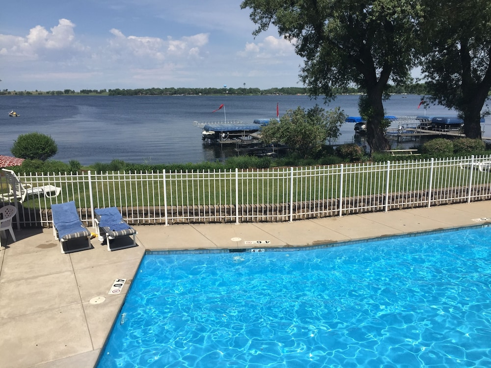 Pool, Delavan Lake Resort