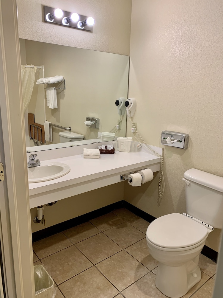 Bathroom, Candlelight Inn & Suites Hwy 69 near McAlester