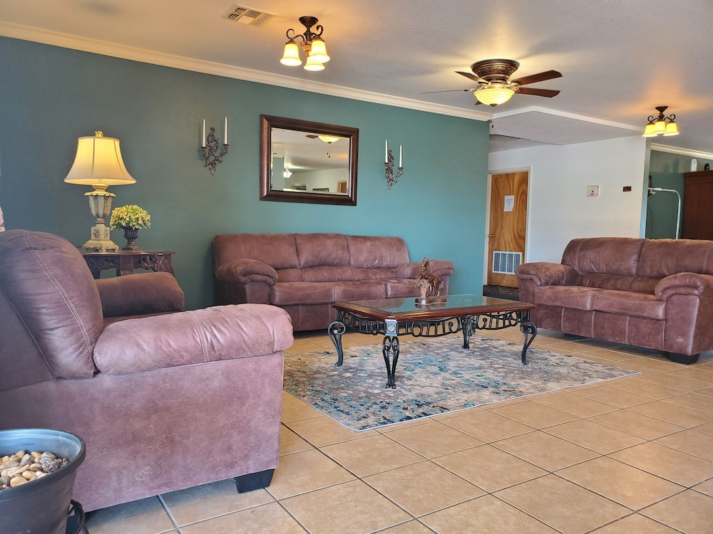 Lobby Sitting Area, Candlelight Inn & Suites Hwy 69 near McAlester