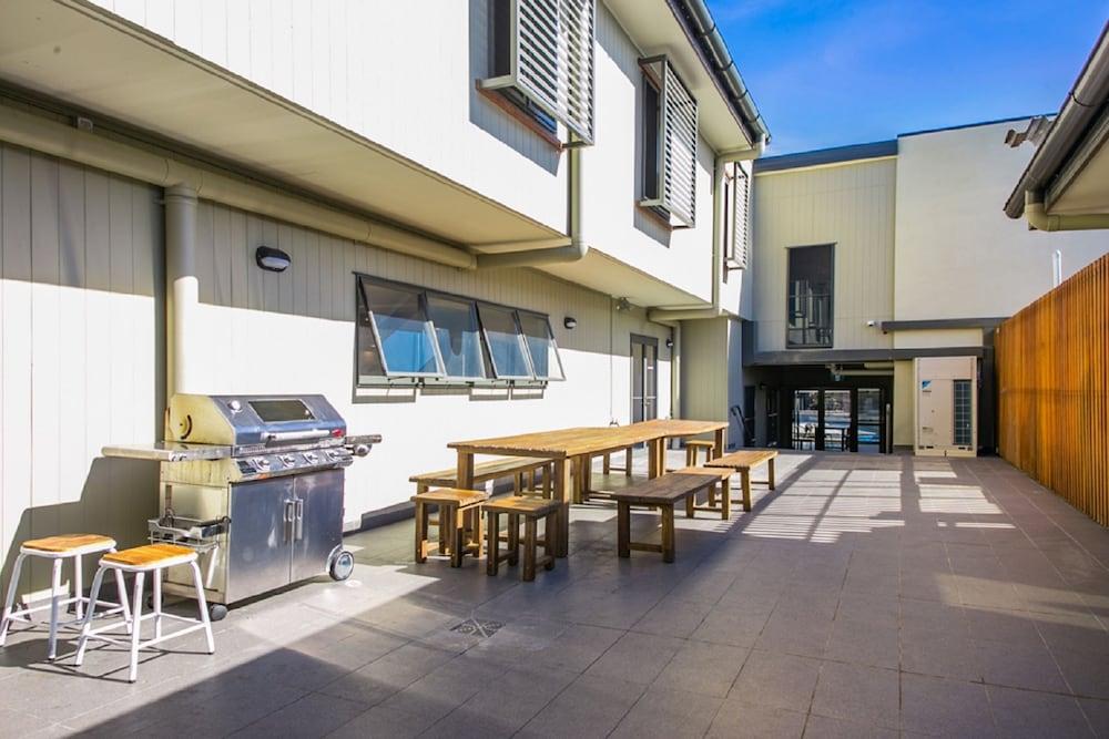 Byron bay beach hostel byron bay aus hotwire for The balcony bar restaurant byron bay nsw