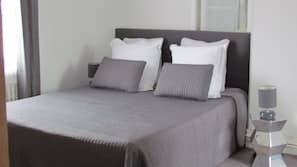 Ropa de cama de alta calidad y espacio para trabajar con un portátil