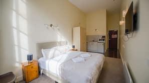 Hypo-allergenic bedding, minibar, iron/ironing board, free WiFi