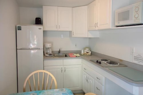Private Kitchenette, Carriage House Motel Cottages & Suites