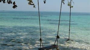在海滩、白沙、免费海滩小屋、沙滩椅