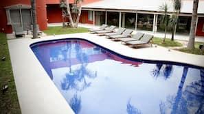 Una piscina al aire libre (de 10:00 a 21:00), sombrillas, tumbonas