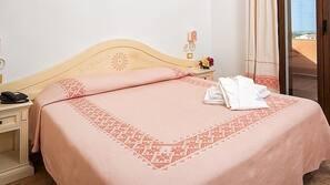 Ropa de cama de alta calidad, caja fuerte, escritorio y cortinas opacas