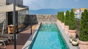 季節性室外泳池;11:00 至 21:00 開放;免費小屋、躺椅