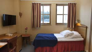 Dundyner, senger med overmadrass, minibar og safe på rommet