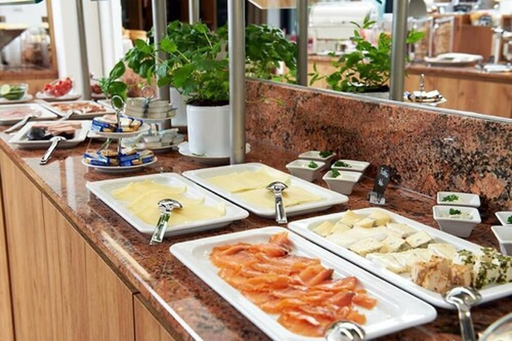 Breakfast buffet, See- und Waldresort Gröbern