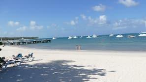 Na praia, prática de vôlei de praia, passeios de caiaque