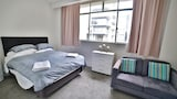 Cosy City Apartment with Pool - Auckland Hotels
