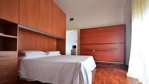 1 camera, una cassaforte in camera, una scrivania