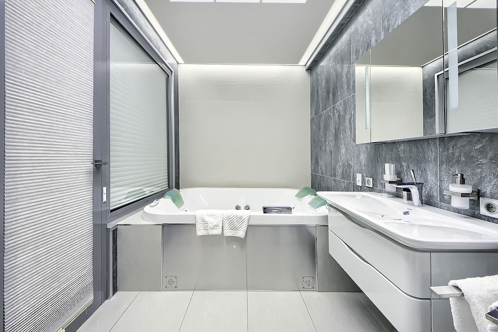 Jetted Tub, Sky Apartments Rentals Service
