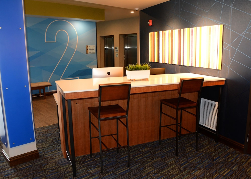 Lobby, Holiday Inn Express & Suites Pittsburgh - Monroeville