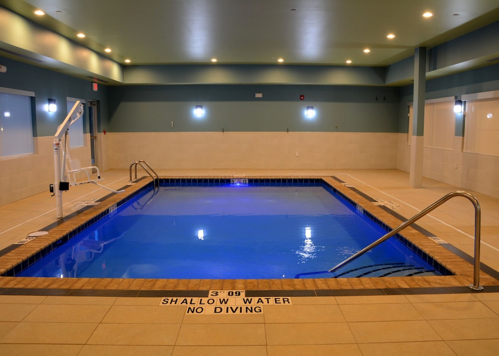 Pool, Holiday Inn Express & Suites Pittsburgh - Monroeville