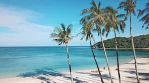 Una spiaggia nelle vicinanze, sabbia bianca, massaggi sulla spiaggia