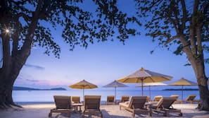 Accommodatie ligt op het strand, ligstoelen, parasols, strandlakens