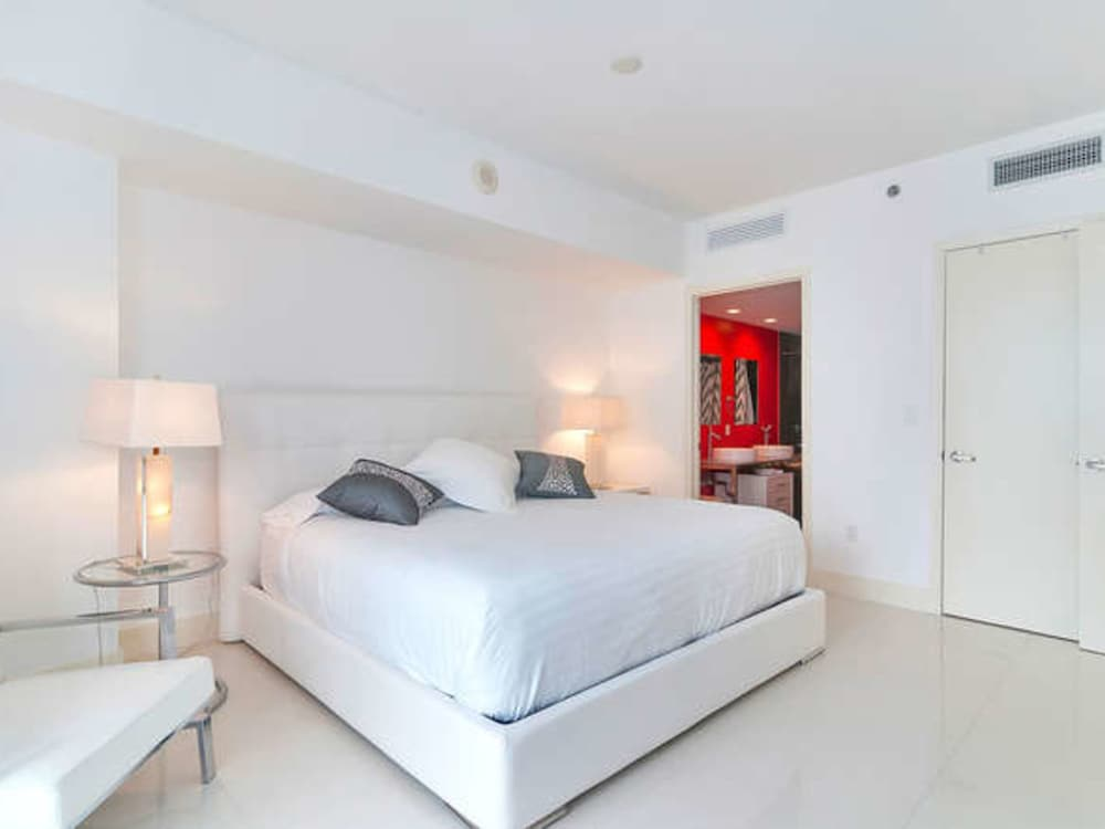 1 bedroom balcony 1 bedroom apartment at viceroy guestroom - One Bedroom Apartments In Miami