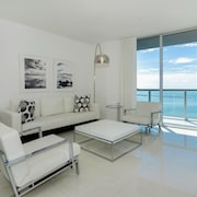 2 Bedrooms Apartment at Viceroy 93217 by RedAwning
