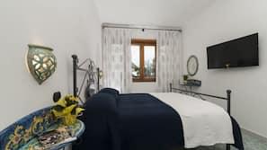 Memory foam beds, in-room safe, free WiFi