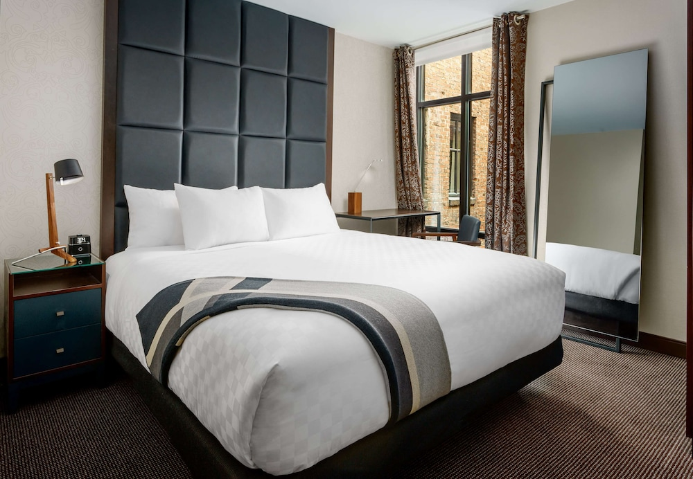 Room, Distrikt Hotel Pittsburgh, Curio Collection by Hilton