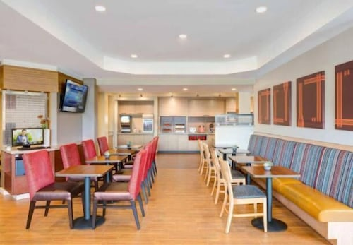 Restaurant, TownePlace Suites by Marriott Detroit Canton