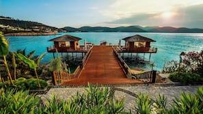Privat strand, hvit sand, gratis strandbuss og solsenger