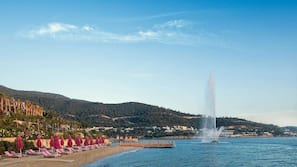 Een privéstrand, wit zand, een gratis shuttleservice van/naar het strand