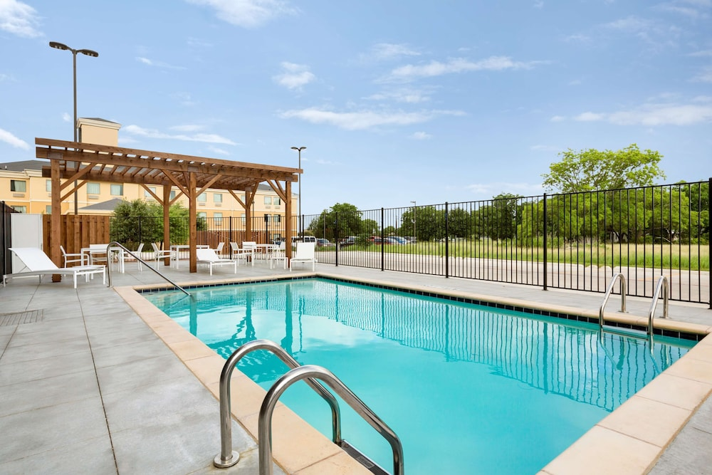 Outdoor Pool, Country Inn & Suites by Radisson, New Braunfels, TX