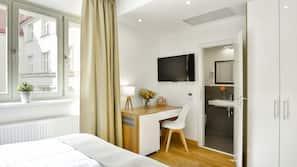 Minibar, pengeskab, skrivebord, kontorområde til laptop