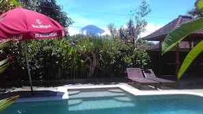 Hồ bơi ngoài trời, ghế dài tắm nắng