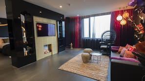 Een minibar, een kluis op de kamer, een bureau