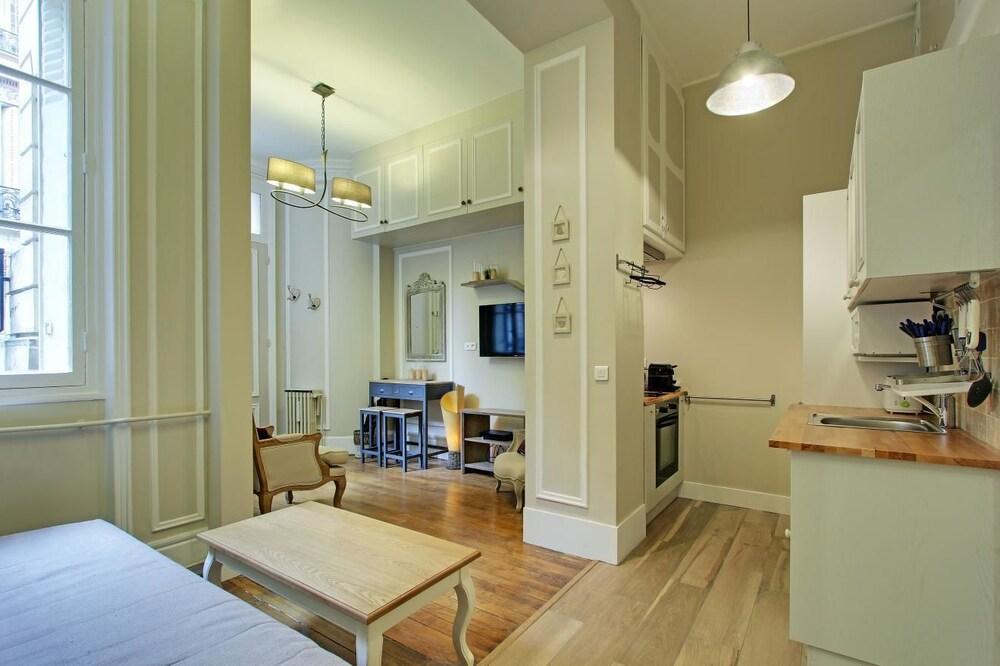 Pick a flat champs elysees area deals reviews paris for Flat hotel paris