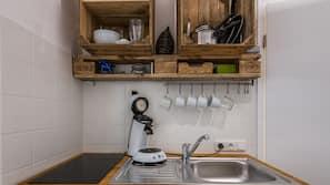 Kühlschrank, Herd, Wasserkocher mit Kaffee-/Teezubehör