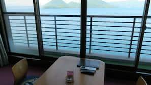 保險箱、書桌、手提電腦工作空間、窗簾
