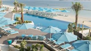 Piscine extérieure, parasols de plage