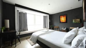 Värdeförvaringsskåp på rummet, individuell inredning och skrivbord