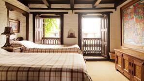 1 bedroom, desk