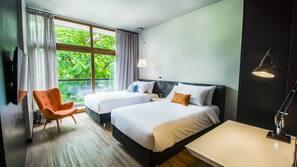 Minibaari, tallelokero huoneessa, työpöytä, pimennysverhot