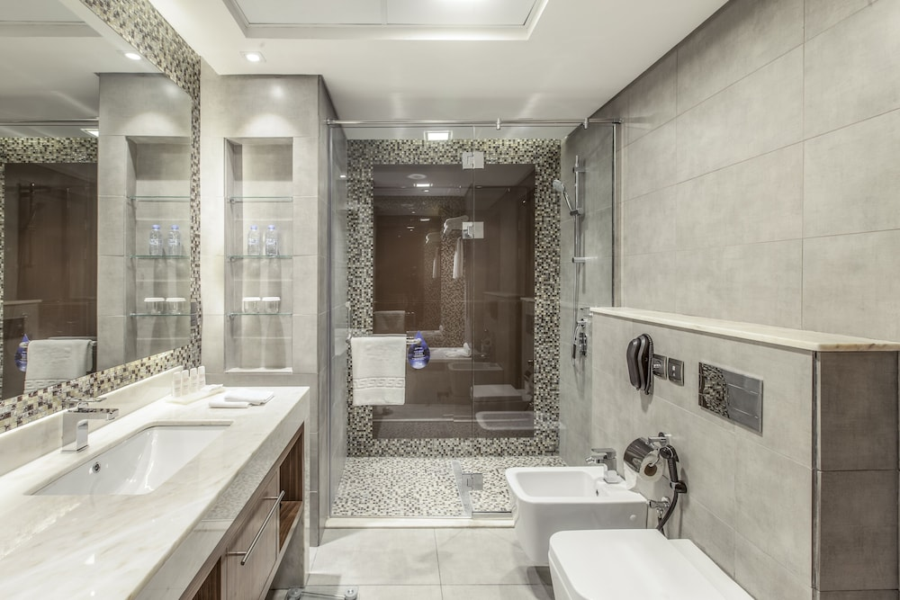 Bathroom, Radisson Blu Hotel Dubai Waterfront