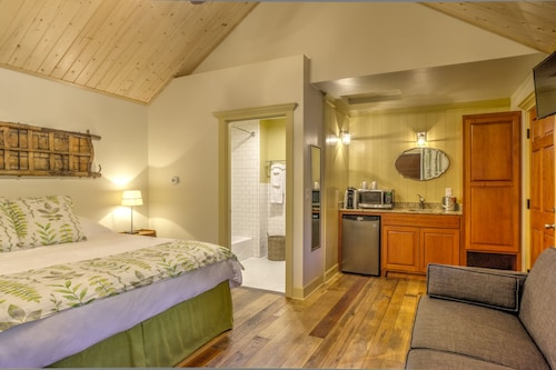 Check Expedia for Availability of Shasta View Lodge